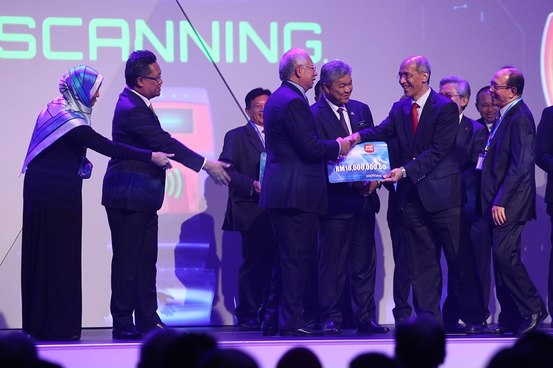 Sime Darby President and Group Chief Executive and YSD Governing Council Member Tan Sri Dato' Seri Mohd Bakke Salleh (second from right) hands over a mock cheque of YSD's contribution of RM18 million to Prime Minister Dato' Sri Mohd Najib Razak (fourth from right) for the Peneraju Tunas Potensi–YSD Bursary Programme after the launch of the Bumiputera Economic Transformation Roadmap 2.0 yesterday. Also in attendance was YSD Chairman Tun Musa Hitam (right), Deputy Prime Minister Dato' Seri Dr Ahmad Zahid Hamidi (third from right), Minister in the Prime Minister's Department Datuk Abdul Rahman Dahlan (second from left) and Yayasan Peneraju Pendidikan Bumiputera Chief Executive Raja Azura Raja Mahayuddin.
